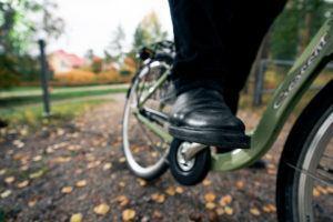 Kuvassa on jalka pyörän polkimella.